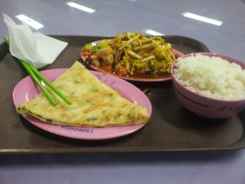 jedenie s paličkami, obed na Tsinghua University