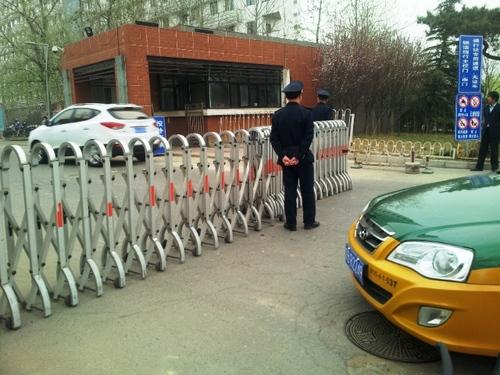 kontrola pri vstupe do Tsinghua University, štúdium na Tsinghua